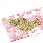 Geschenkverpackung mit goldenem Flügel