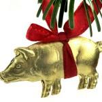 goldenes geprägtes Schwein als Weihnachtsbaumschmuck