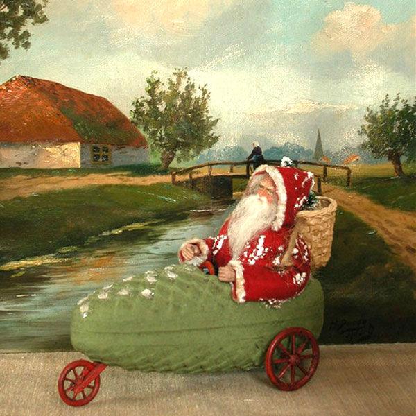 Nostalgisches Spielzeug antiker Nikolaus im Fahrzeug