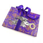 Engel aus Pappe auf Geschenkverpackung